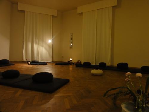 Im Zendo sind Matten, Kissen und Bänkchen vorhanden.